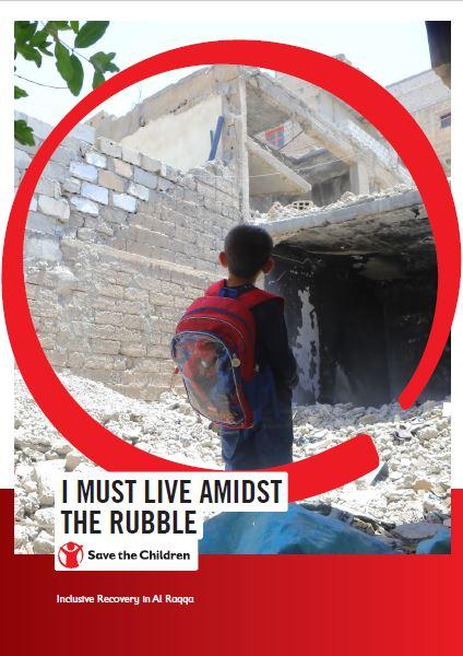 copertina del rapporto di Save the Children su Al Raqqa, sullo sfondo un bambino di schiena con uno zaino mentre guarda delle macerie