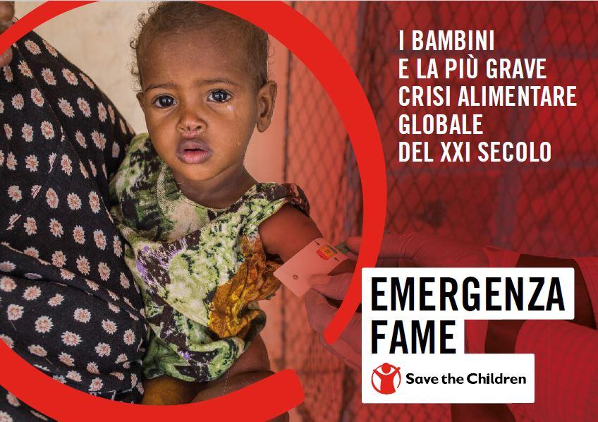 """copertina del report """"emergenza fame"""" di Save the Children Italia, sulla sinistra la foto di un bimbo in braccio alla mamma mentre gli misurano la circonferenza del braccio per capirne lo stato di nutrizione, a destra titolo e sottotitolo del documento"""