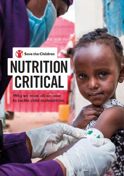 copertina del rapporto nutrition critical con una bambina nera alla quale provano il livello di malnutrizione tramite il braccialetto medico apposito