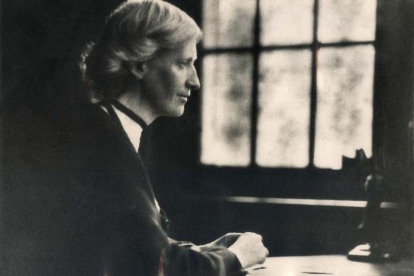 foto in bianco e nero di Eglantyne Jebb, fondatrice di Save the Children, di profilo