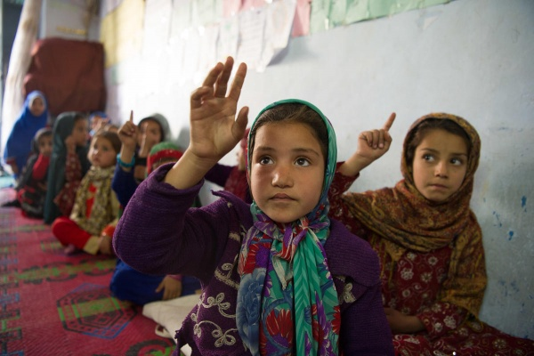 Bambine che alzano la mano in aula Afghanistan