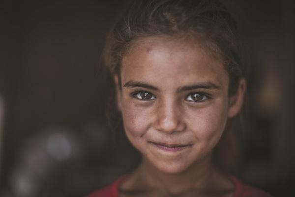 Primo piano bambina siriana sorridente