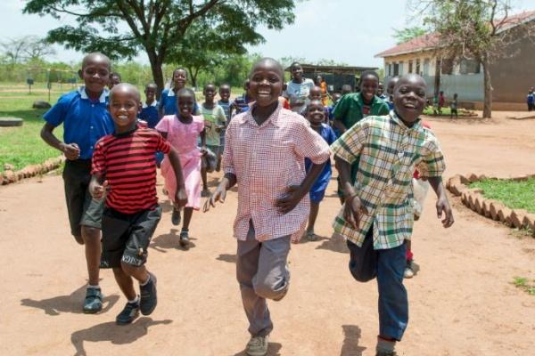 bambini africani corrono felici