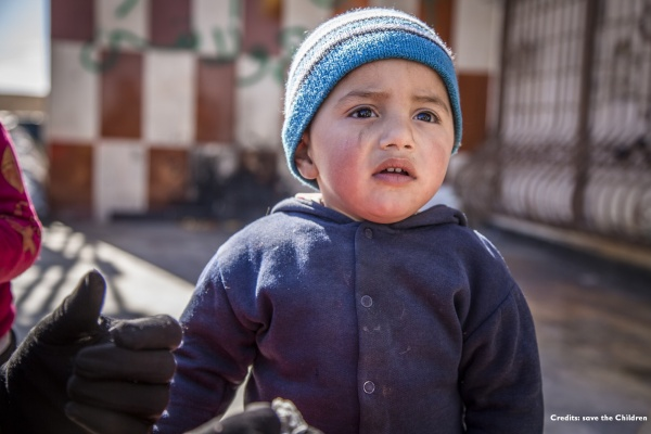 Bambino siriano a mezzo busto triste