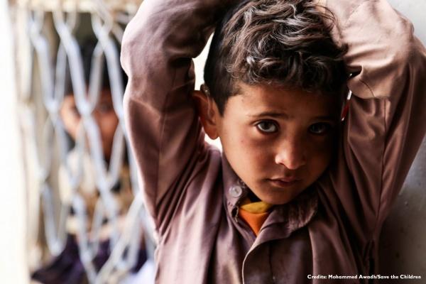 Bambino yemenita con braccia alzate sopra la testa