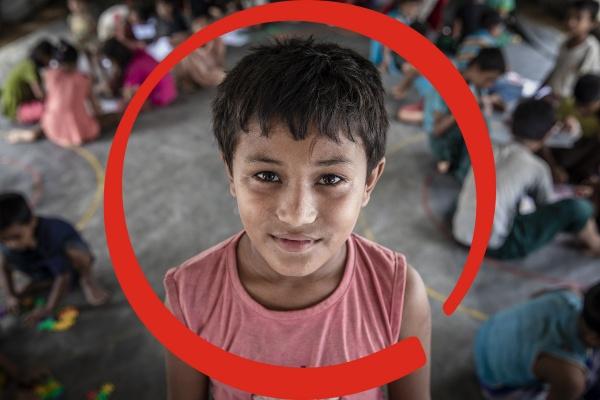 bambino in primo piano con circle rosso intorno