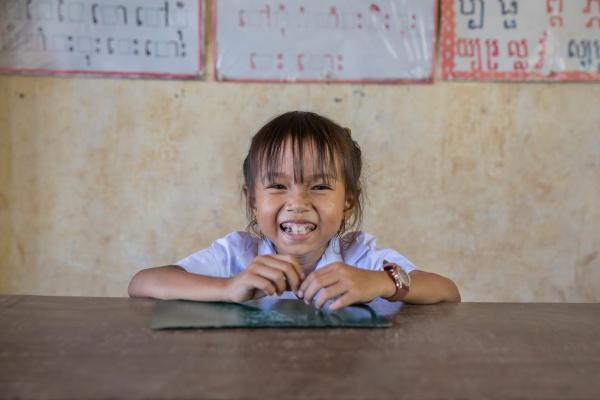 bambina cambogiana sorridente a scuola