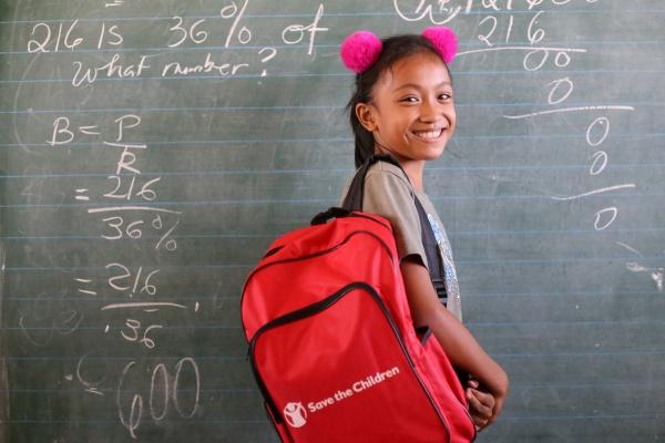 bambina sorridente con zaino Save the Children