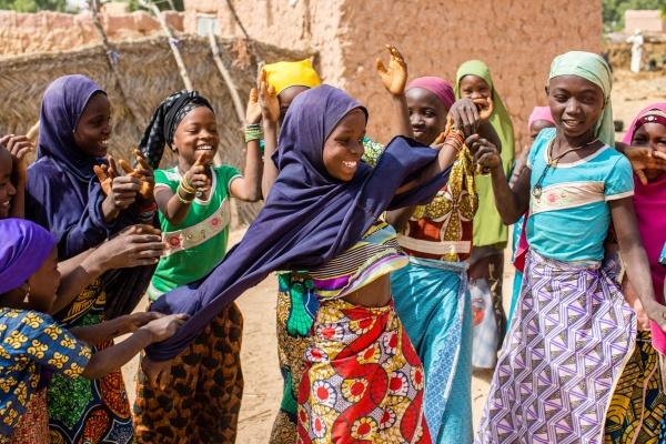 bambine africane danzano felici in gruppo