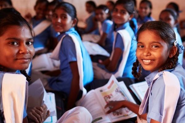gruppo di ragazze del sud est asiatico in classe che studiano insieme