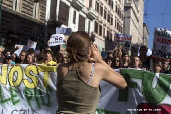 manifestazione global strike for future Roma manifestanti con striscione