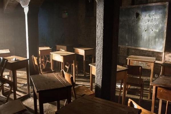 Aula di scuola distrutta e bombardata