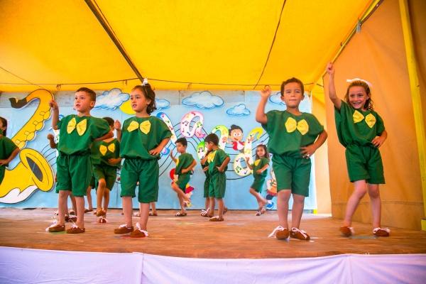 Bambini allegri che giocano vestiti di verde e giallo