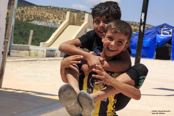 due bambini che giocano insieme uno sulle spalle dell'altro