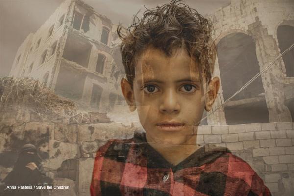 bambino yemenita con sfondo macerie di edifici distrutti dalla guerra