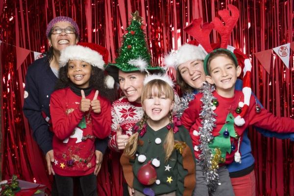 adulti e bambini con maglioni natalizi
