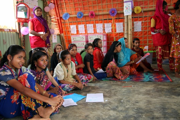 bambine rohignya in cerchio un uno spazio a misura di bambino di save the children