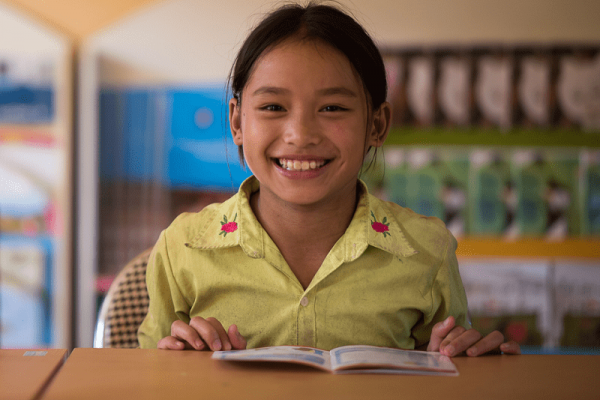 Una ragazza vietnamita al suo banco di scuola.