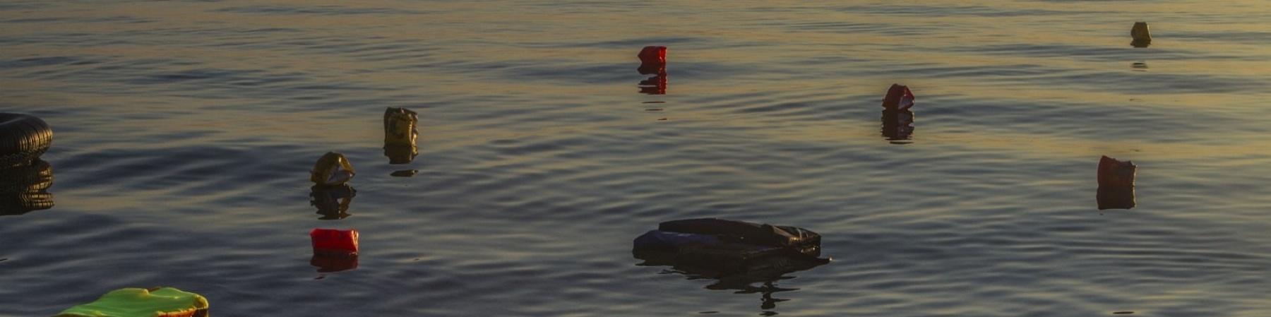 giubbotti di salvataggio e resti di un gommone naufragato in mare