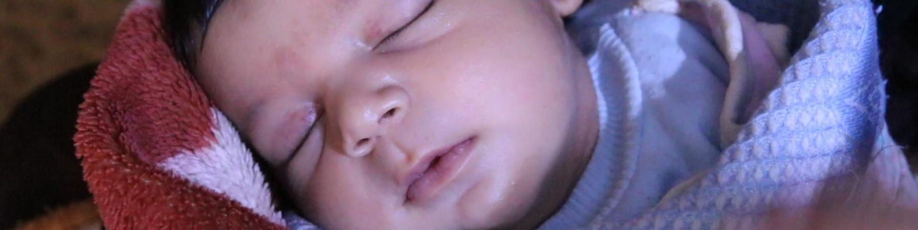 primo piano di bimbo neonato che dorme