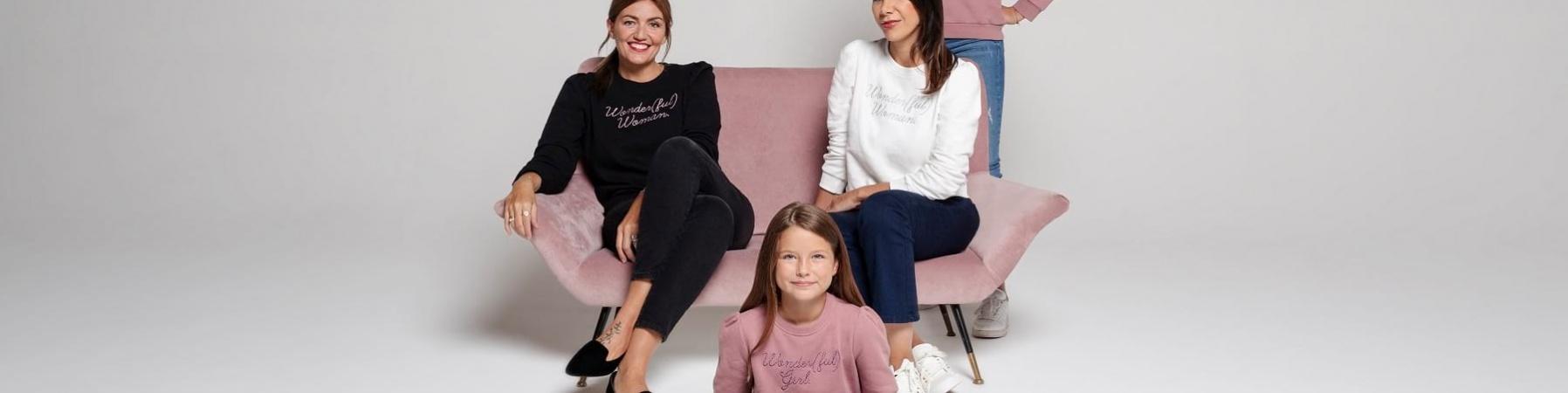 4 ragazze indossano la felpa Wonderful women di OVS per Save the Children