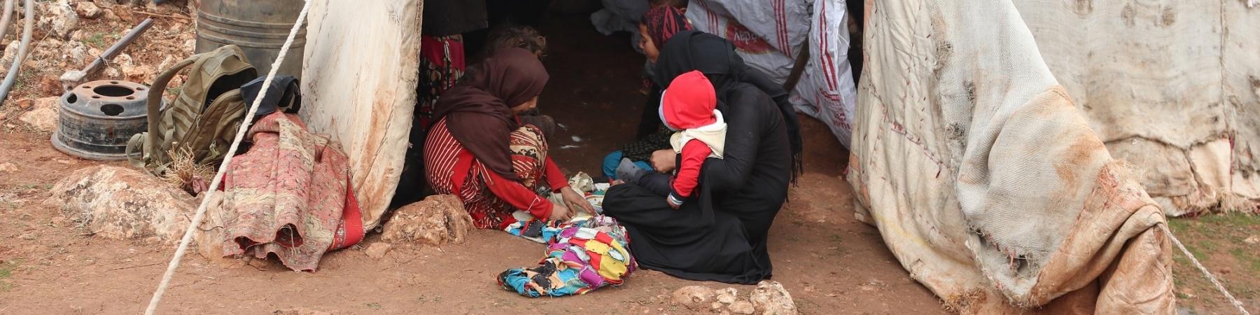 tenda in un campo profughi in Siria dove ci sono una mamma e i suoi bambini