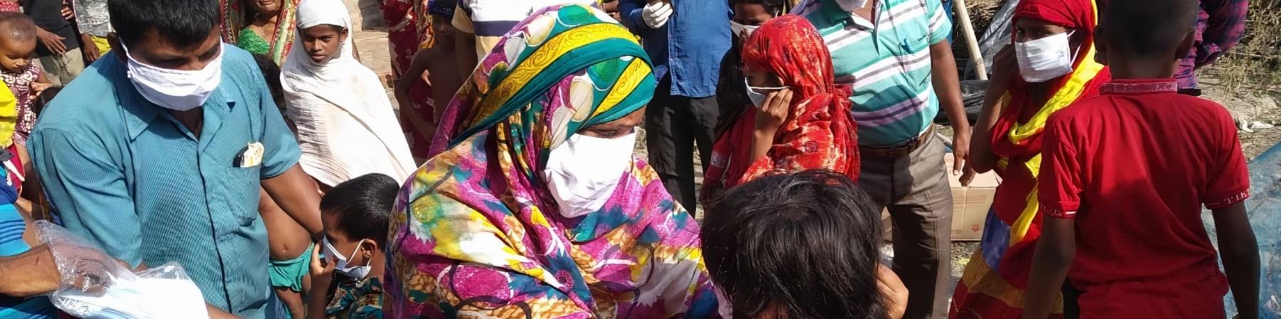 folla di persone indiane indossano la mascherina