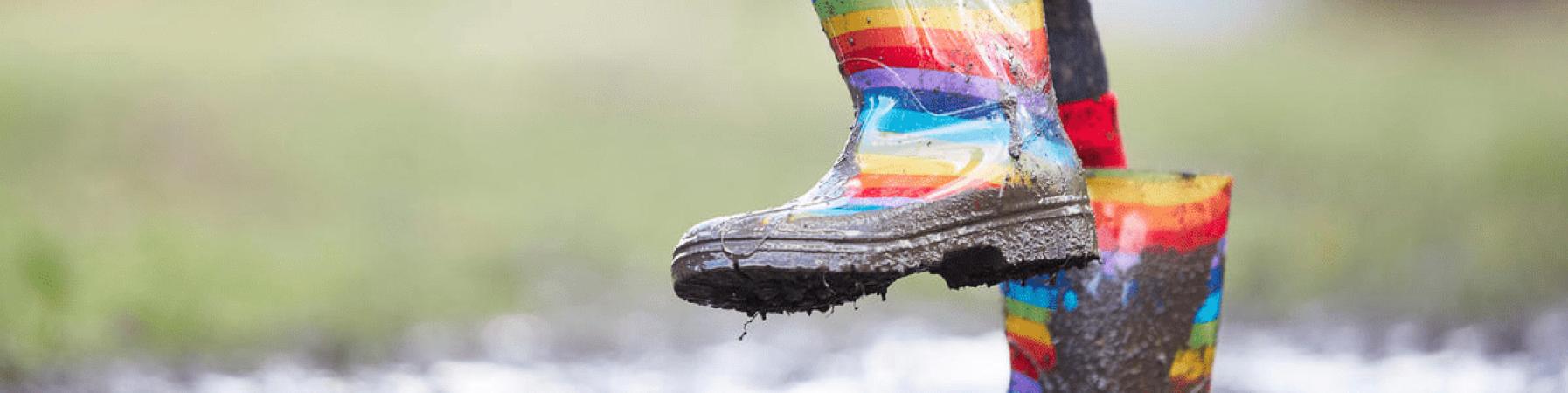 stivaletti di gomma che saltellano nel fango, taglio della foto sulle gambe
