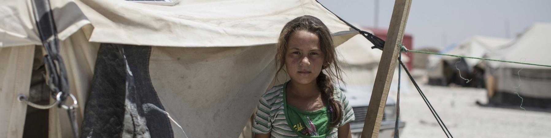 Bambina siriana bionda in un campo per sfollati