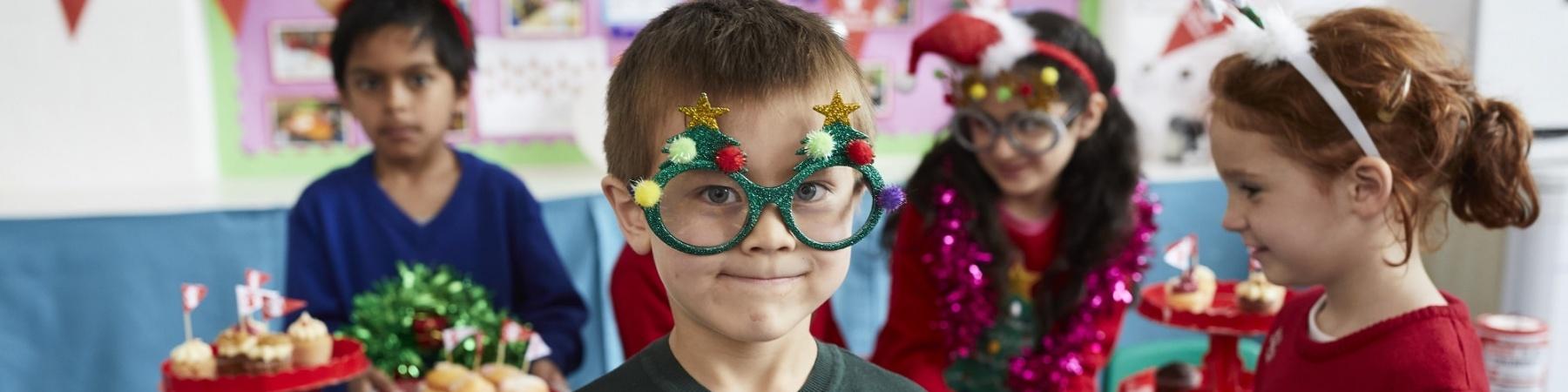 4 bambini vestiti per il Christmas Jumper Day a scuola