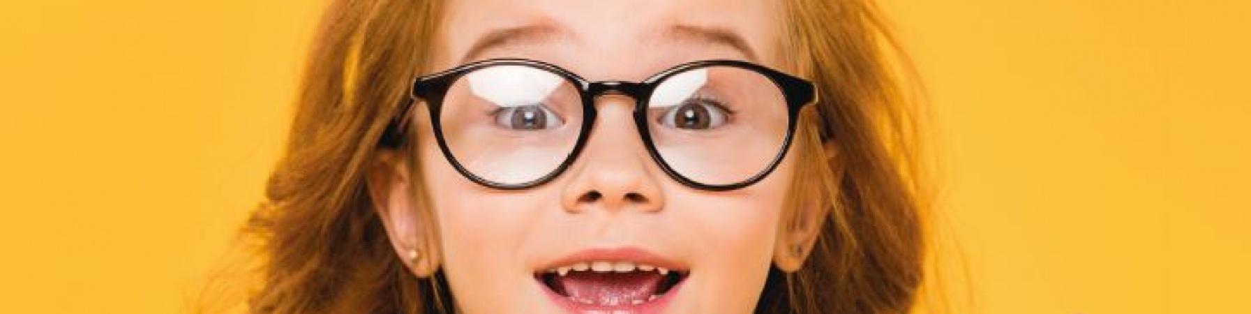Primo piano bambina con capelli rossi e occhiali