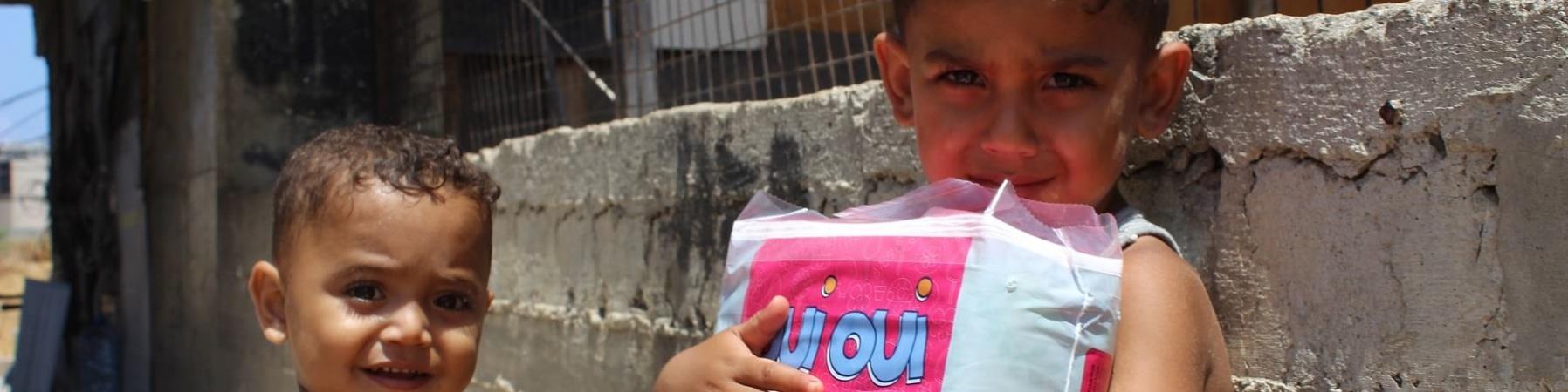 due bambini libanesi stringono premi primari distribuiti da save the children e i partner sul territorio