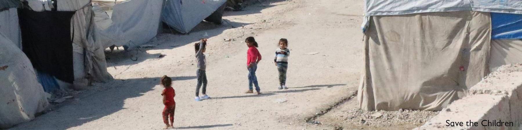Gruppo di bambini nelle strade di una tendopoli di un campo rifugiati siriano