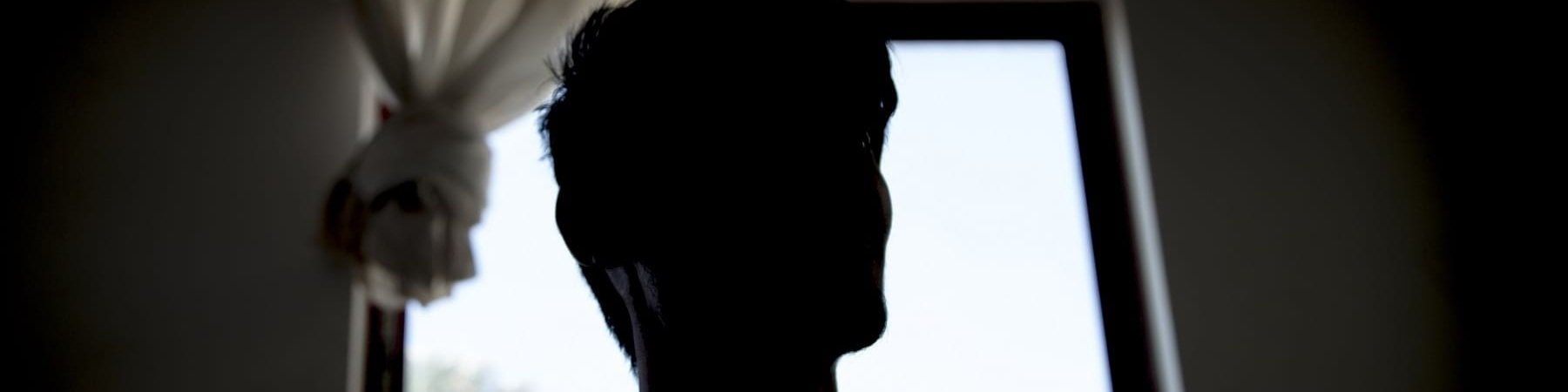 primo piano del profilo di un ragazzo quindicenne nell ombra