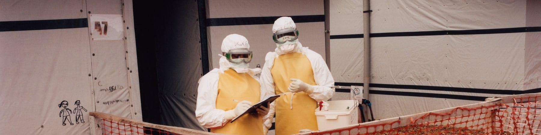 due-persone-con-copertura-anti-ebola