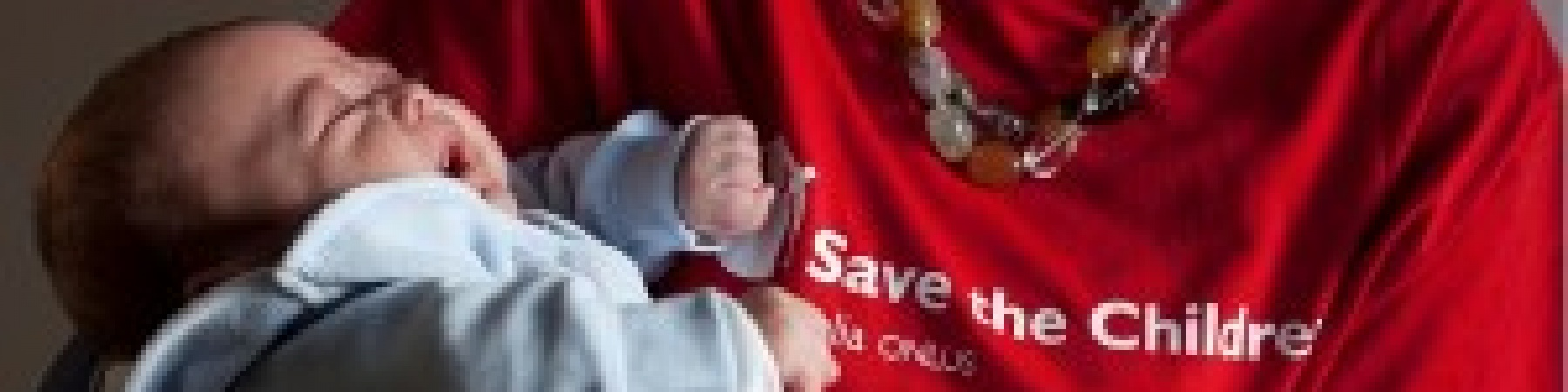 operatrice-save-the-children-tiene-in-braccio-neonato