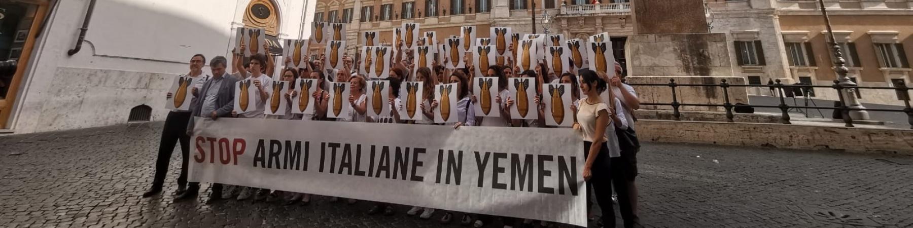 piazza Montecitorio a Roma flash mob con persone davanti a striscione per chiedere lo stop allesportazione di armi in Yemen