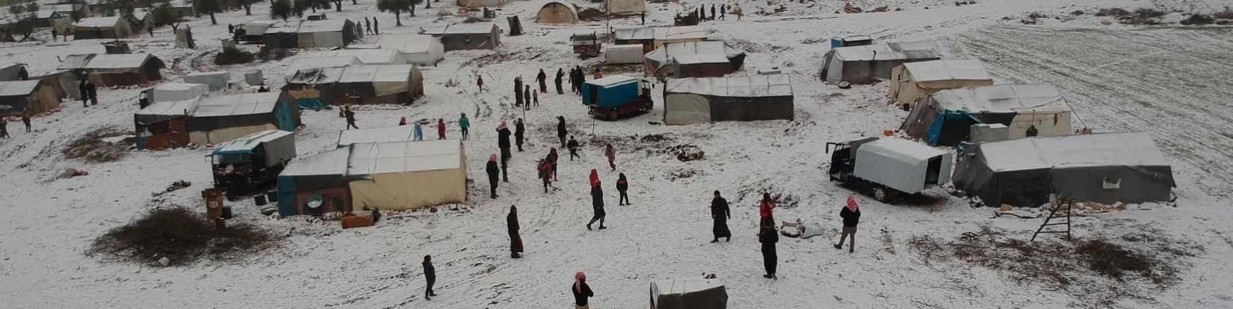 Campo rifugiati siriano coperto di neve