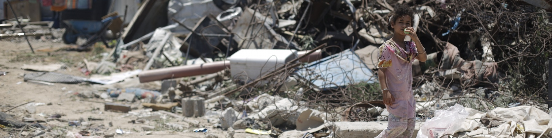 Gaza bambina tra le macerie