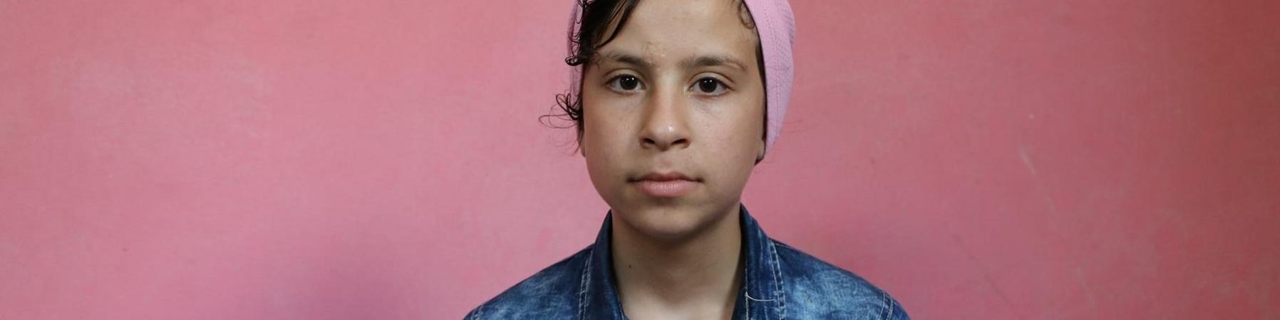 mezzo busto di bambina palestinese guarda in camera