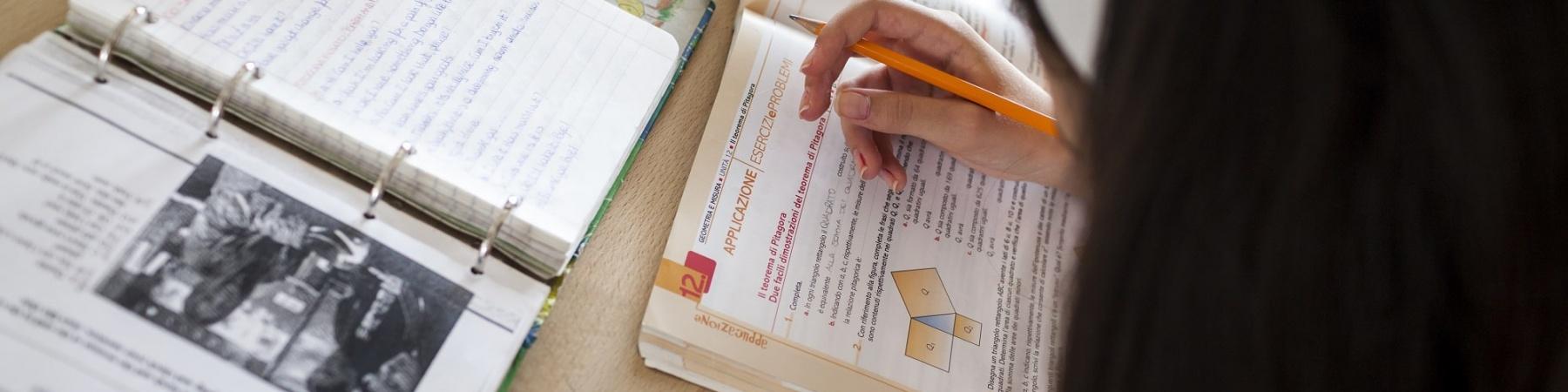 bambina che studia seduta alla scrivania