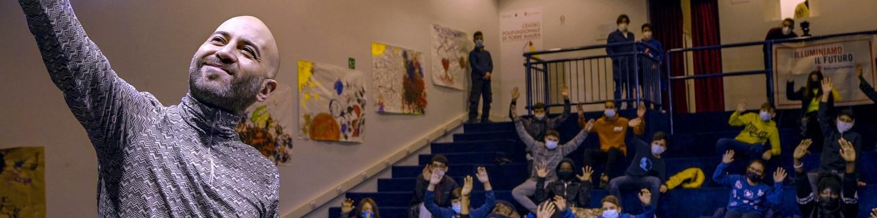 Giuliano Sangiorgi dei negramaro scatta un selfie con i bambini di uno dei punti luce save the children a roma