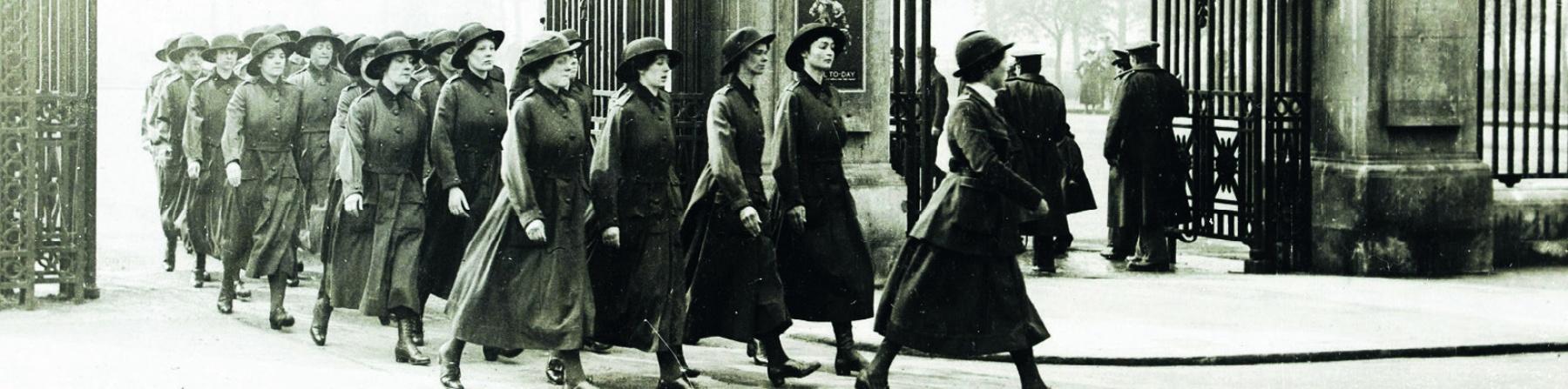 """Copertina libro """"I figli dei nemici"""" di Raffaela Milano. Copertina bianca con immagine in bianco e nero dell epoca di alcune donne che escono da un cancello."""