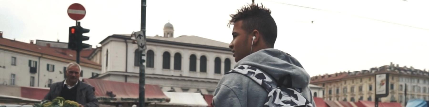 Ragazzo con zaino piano americano in città che passeggia