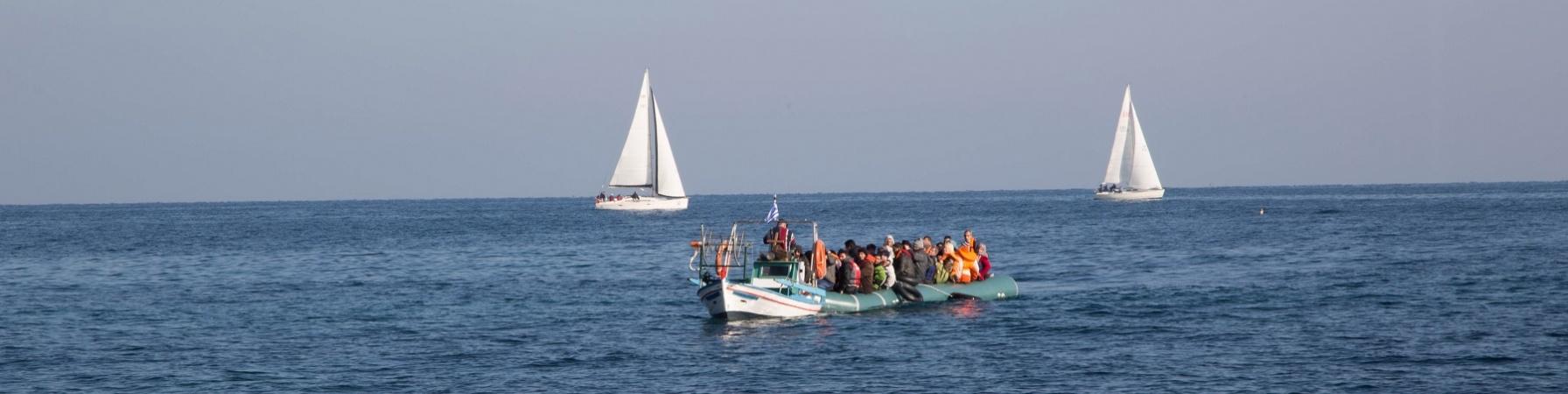 barca con a bordo migranti in mezzo al mare