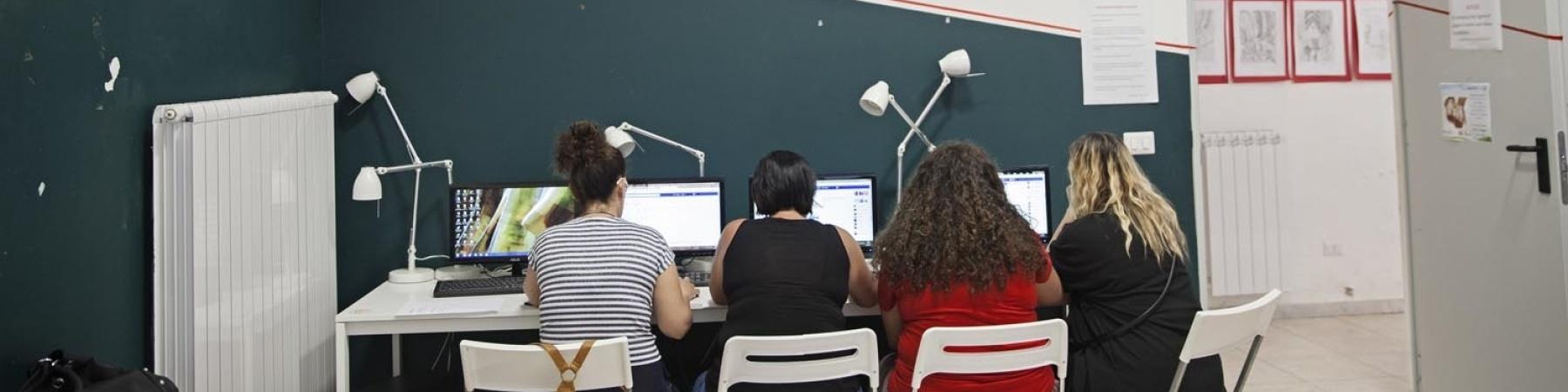 quattro signore davanti al PC sedute di spalle