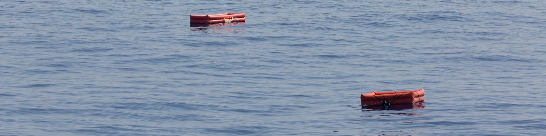 salvagenti che galleggiano sull'acqua del mare