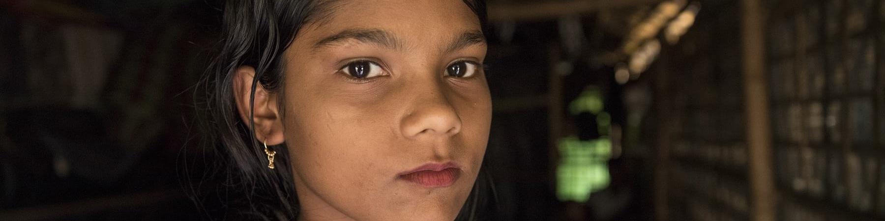 Primo piano di una bambina del Myanmar con vestito rosso
