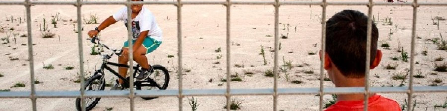 """""""Il mio quartiere è un circuito chiuso"""" dice un ragazzo del quartiere Perrino di Brindisi. Nel nuovo Atlante dell'Infanzia (a rischio) in Italia di Save the Children, le fotografie di Riccardo Venturi ci mostrano i circuiti chiusi dove trascorrono il loro tempo i bambini e gli adolescenti."""