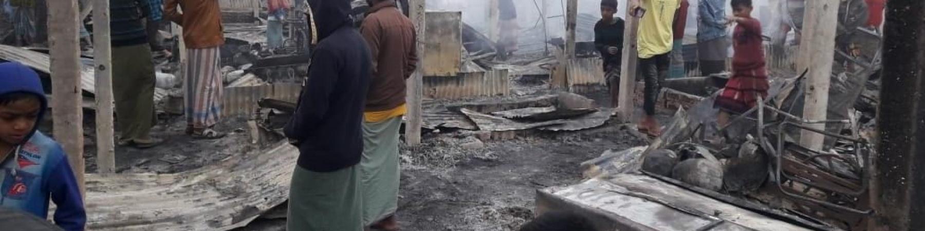 I resti dell incendio divampato all interno del campo di Cox Bazar in Bangladesh